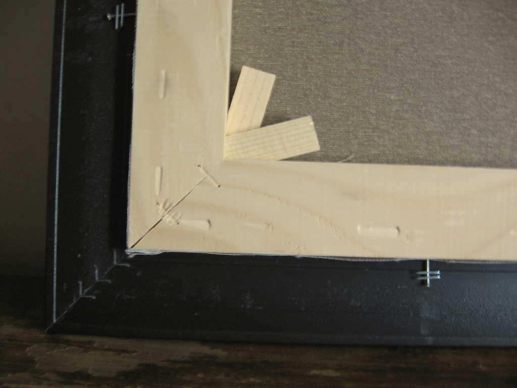 Клиновата сглобка позволява допълнително опъване на платното. При евентуално отпускане клинчетата леко се набиват в рамката с чукче.