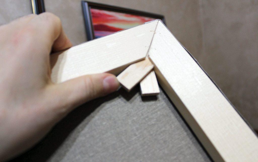 Клинова-сглобка-на-дървена-подрамка Как се опъва платно за рисуване?